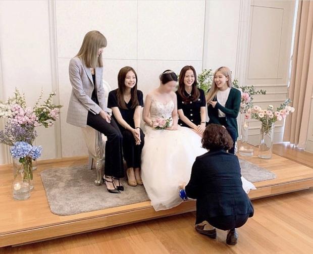 Style lên đồ đi ăn cưới của sao Hàn: Người bị chê vô duyên lố bịch, người lại được khen tới tấp đáng học hỏi - Ảnh 8.