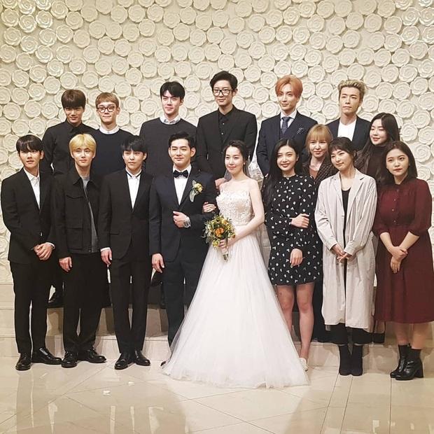 Style lên đồ đi ăn cưới của sao Hàn: Người bị chê vô duyên lố bịch, người lại được khen tới tấp đáng học hỏi - Ảnh 6.