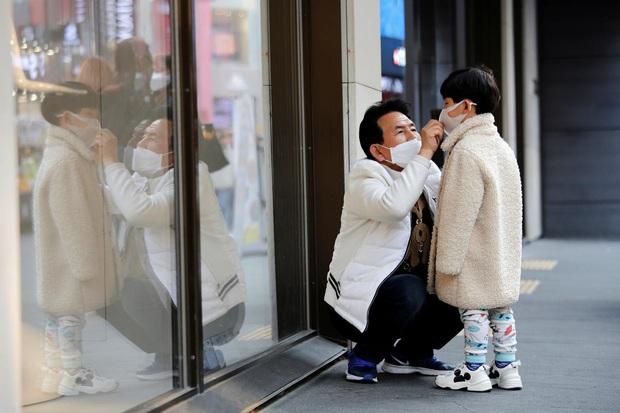 Thành phố Daegu vắng lặng đìu hiu sau khi trở thành tâm dịch lớn nhất Hàn Quốc, Seoul cấm tụ tập đông người để ngăn virus corona lây lan - Ảnh 13.