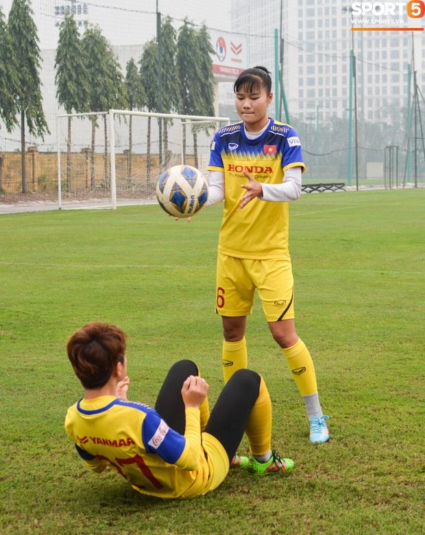 Cầu thủ nữ Việt Nam quấn dây cao su vào bụng để tập thể lực, sẵn sàng đối đầu tuyển Australia - Ảnh 10.