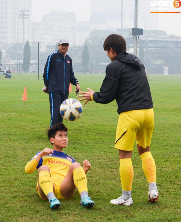 Cầu thủ nữ Việt Nam quấn dây cao su vào bụng để tập thể lực, sẵn sàng đối đầu tuyển Australia - Ảnh 4.