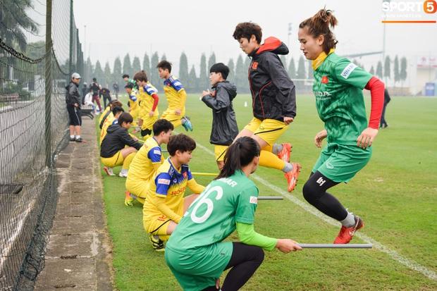 Cầu thủ nữ Việt Nam quấn dây cao su vào bụng để tập thể lực, sẵn sàng đối đầu tuyển Australia - Ảnh 6.