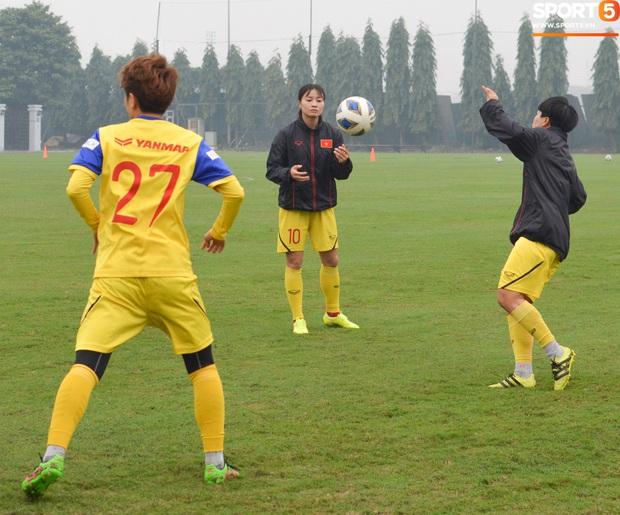 Cầu thủ nữ Việt Nam quấn dây cao su vào bụng để tập thể lực, sẵn sàng đối đầu tuyển Australia - Ảnh 2.