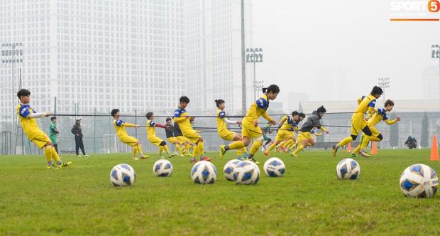 Cầu thủ nữ Việt Nam quấn dây cao su vào bụng để tập thể lực, sẵn sàng đối đầu tuyển Australia - Ảnh 1.