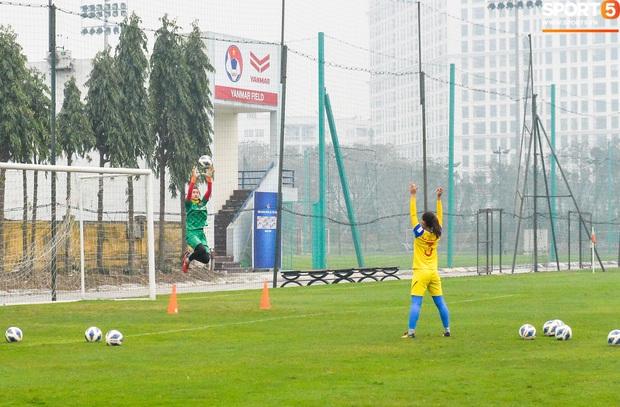 Cầu thủ nữ Việt Nam quấn dây cao su vào bụng để tập thể lực, sẵn sàng đối đầu tuyển Australia - Ảnh 7.