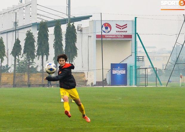 Cầu thủ nữ Việt Nam quấn dây cao su vào bụng để tập thể lực, sẵn sàng đối đầu tuyển Australia - Ảnh 9.