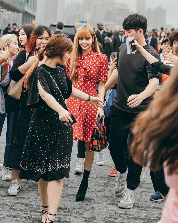 Choáng vì cảnh người dân Rome vây kín xem Lisa (BLACKPINK) dự sự kiện, em gái quốc tế trend toàn cầu vì diện mạo mới - Ảnh 11.
