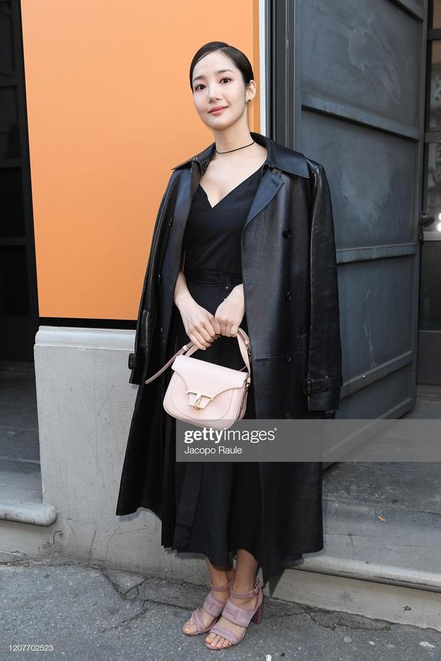 Milan Fashion Week: Park Min Young bỗng hóa một mẩu vì bộ cánh dìm dáng, Han Ye Seul diện váy sến nhưng vẫn đẹp - Ảnh 2.