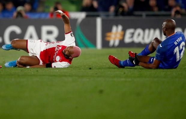 Cầu thủ tấu hài cực mạnh sau pha phạm lỗi khiến đối thủ chấn thương: Giả vờ lăn lộn, đi cà nhắc để nhạo báng đối thủ - Ảnh 2.