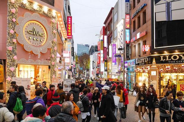 Đi Hàn Quốc đúng lúc dịch virus Corona bùng phát, BB Trần ghi lại được quang cảnh vắng vẻ hiếm thấy ở con phố đông đúc bậc nhất Seoul - Ảnh 2.