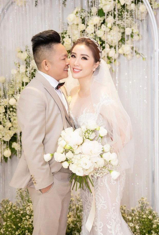 Những đám cưới bí mật rung chuyển Vbiz: Nhã Phương, Hari Won yêu cầu cực nghiêm, Tóc Tiên, Bảo Thy kín như bưng tới giờ G! - Ảnh 11.