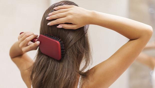 Lơ là việc chải đầu có thể khiến tóc mãi xơ xác chẻ ngọn, bạn hãy thay đổi 4 thói quen để nhận được kết quả mỹ mãn - Ảnh 3.
