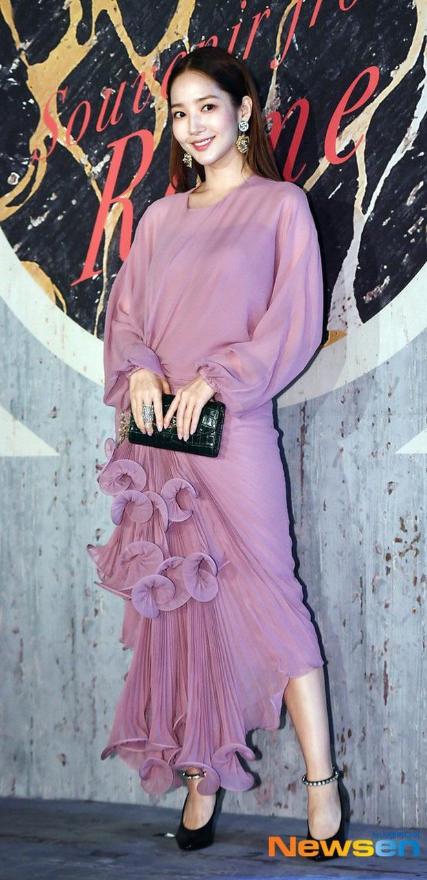 Diện cùng một bộ đầm bánh bèo, Park Min Young tự dìm dáng không thương tiếc, ma nữ Thái Davika lại sang chảnh bất ngờ - Ảnh 6.