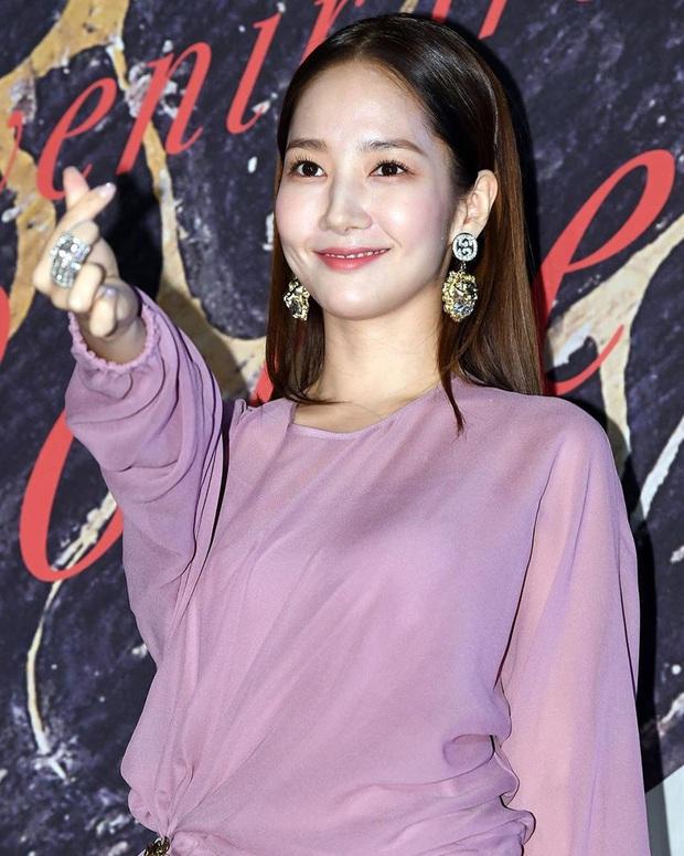 Diện cùng một bộ đầm bánh bèo, Park Min Young tự dìm dáng không thương tiếc, ma nữ Thái Davika lại sang chảnh bất ngờ - Ảnh 7.