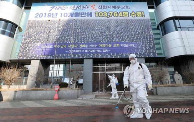 Thành phố Daegu vắng lặng đìu hiu sau khi trở thành tâm dịch lớn nhất Hàn Quốc, Seoul cấm tụ tập đông người để ngăn virus corona lây lan - Ảnh 6.