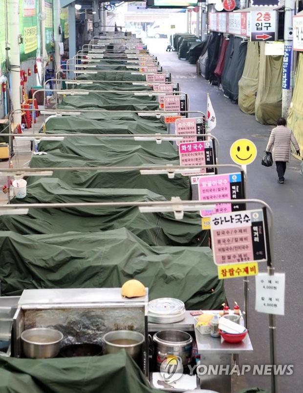 Thành phố Daegu vắng lặng đìu hiu sau khi trở thành tâm dịch lớn nhất Hàn Quốc, Seoul cấm tụ tập đông người để ngăn virus corona lây lan - Ảnh 7.
