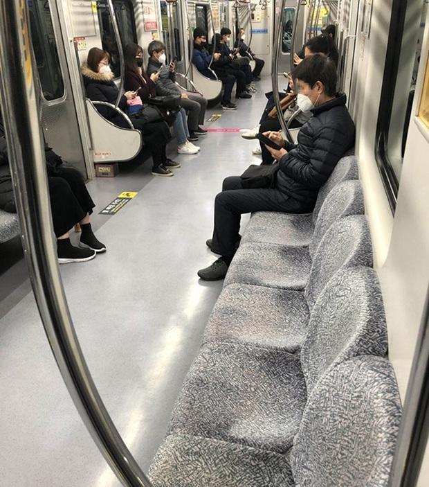 Thành phố Daegu vắng lặng đìu hiu sau khi trở thành tâm dịch lớn nhất Hàn Quốc, Seoul cấm tụ tập đông người để ngăn virus corona lây lan - Ảnh 4.