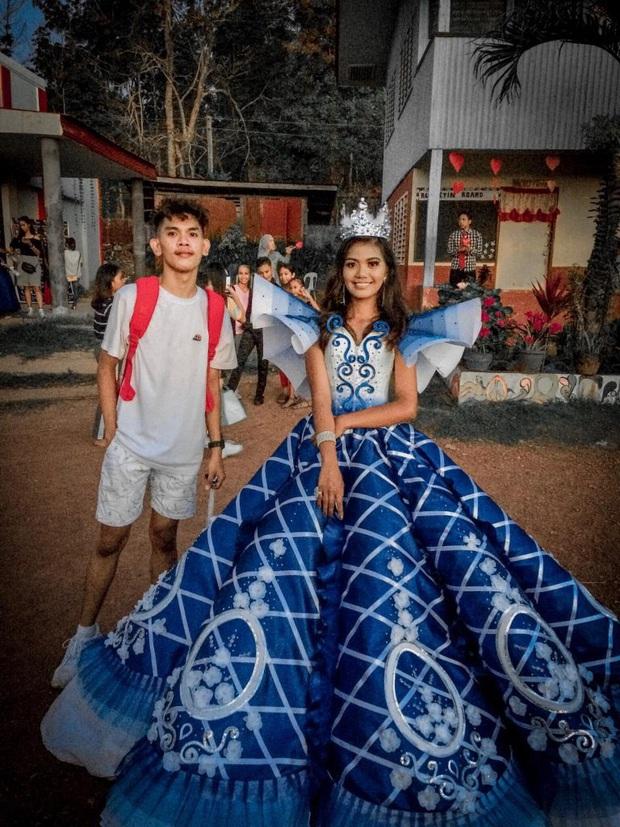 Anh trai nhà người ta: Tự tay thiết kế váy Cinderella siêu xinh cho em gái đi prom cuối năm dù không học chút gì về thời trang - Ảnh 1.