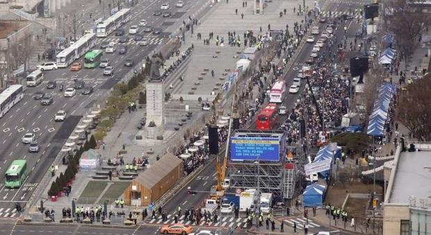 Hàn Quốc: Thêm 1 người tử vong, số người nhiễm virus corona tăng hơn gấp đôi chỉ sau 1 ngày nhưng dân Seoul vẫn bất chấp đi biểu tình - Ảnh 3.