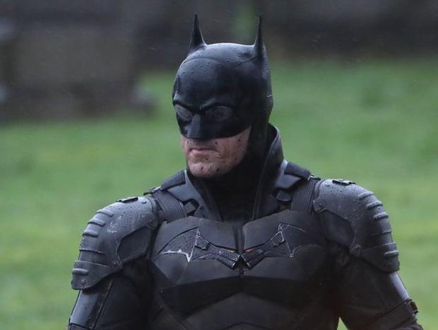 Robert Pattinson mất tích trên trường quay The Batman, người ta đường chỉ tia được Anh Dơi nẹt pô là diễn viên đóng thế? - Ảnh 1.
