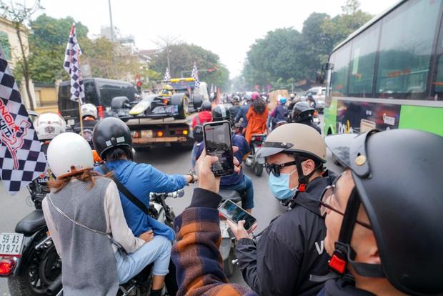 Người dân Hà Nội trầm trồ nhìn ngắm mô hình xe đua F1 diễu hàng trên phố - Ảnh 6.