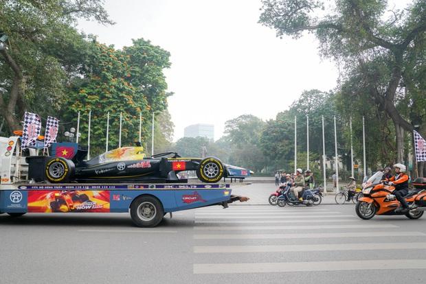 Người dân Hà Nội trầm trồ nhìn ngắm mô hình xe đua F1 diễu hàng trên phố - Ảnh 8.