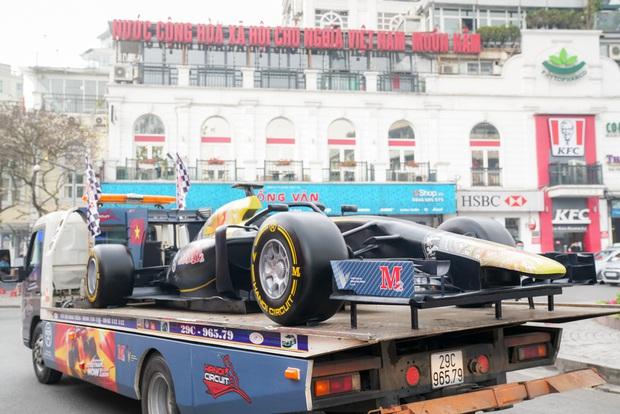 Người dân Hà Nội trầm trồ nhìn ngắm mô hình xe đua F1 diễu hàng trên phố - Ảnh 9.