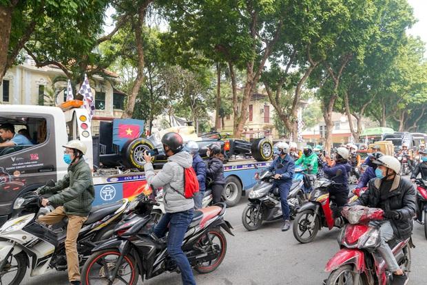 Người dân Hà Nội trầm trồ nhìn ngắm mô hình xe đua F1 diễu hàng trên phố - Ảnh 5.