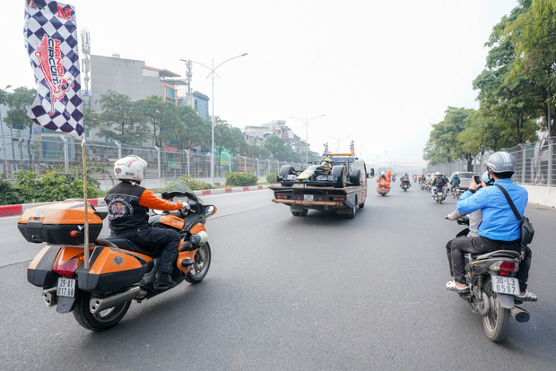 Người dân Hà Nội trầm trồ nhìn ngắm mô hình xe đua F1 diễu hàng trên phố - Ảnh 13.