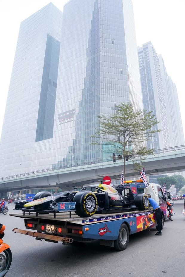 Người dân Hà Nội trầm trồ nhìn ngắm mô hình xe đua F1 diễu hàng trên phố - Ảnh 11.