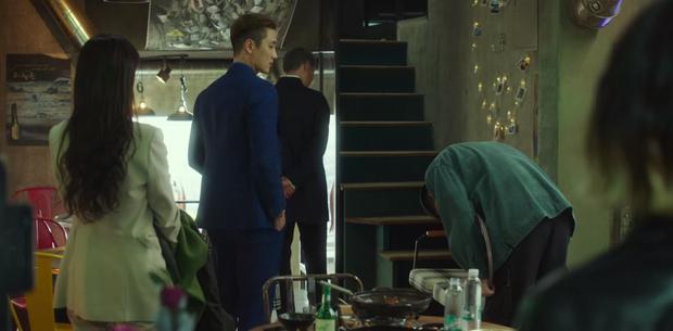 Hết lợi dụng đụng chạm Park Seo Joon, điên nữ Tầng Lớp Itaewon tuyên bố xử sạch kẻ nào dám sờ tới crush ở tập 7 - Ảnh 3.
