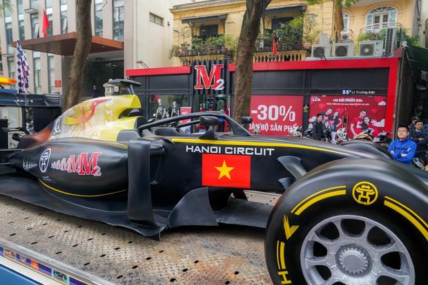Người dân Hà Nội trầm trồ nhìn ngắm mô hình xe đua F1 diễu hàng trên phố - Ảnh 2.