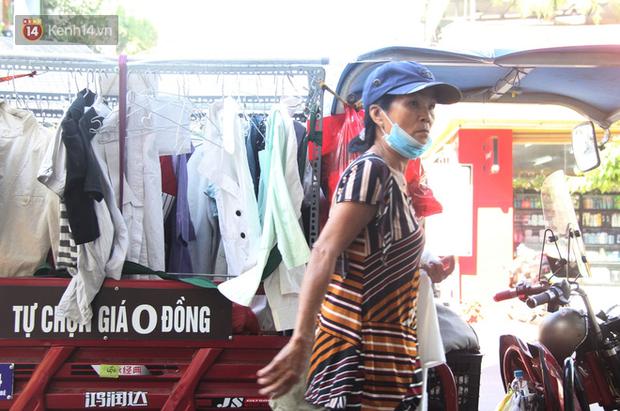 Chuyện cụ ông Sài Gòn mỗi ngày chạy xe 50km bán quần áo giá... 0 đồng - Ảnh 1.