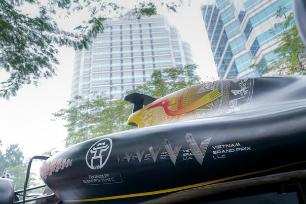 Người dân Hà Nội trầm trồ nhìn ngắm mô hình xe đua F1 diễu hàng trên phố - Ảnh 3.