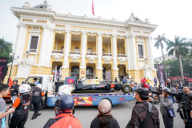 Người dân Hà Nội trầm trồ nhìn ngắm mô hình xe đua F1 diễu hàng trên phố - Ảnh 7.