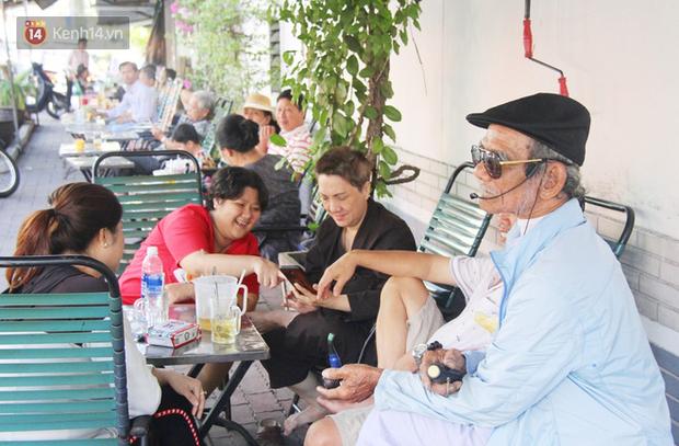 Chuyện cụ ông Sài Gòn mỗi ngày chạy xe 50km bán quần áo giá... 0 đồng - Ảnh 4.