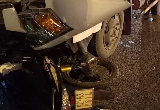 Vượt đèn đỏ, người đàn ông chạy xe máy chết thảm trước đầu xe tải - Ảnh 1.