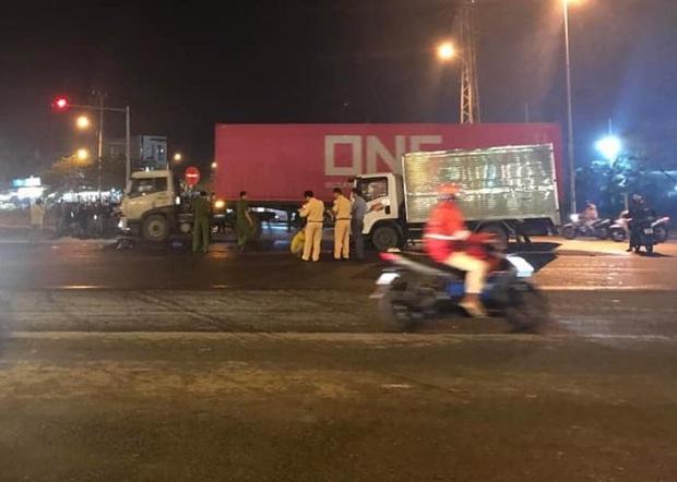Vượt đèn đỏ, người đàn ông chạy xe máy chết thảm trước đầu xe tải - Ảnh 2.
