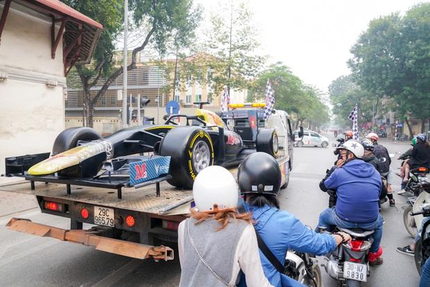 Người dân Hà Nội trầm trồ nhìn ngắm mô hình xe đua F1 diễu hàng trên phố - Ảnh 10.