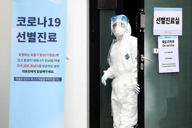 Hàn Quốc: Thêm 1 người tử vong, số người nhiễm virus corona tăng hơn gấp đôi chỉ sau 1 ngày nhưng dân Seoul vẫn bất chấp đi biểu tình - Ảnh 1.