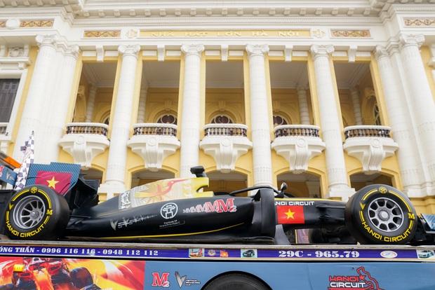Người dân Hà Nội trầm trồ nhìn ngắm mô hình xe đua F1 diễu hàng trên phố - Ảnh 1.