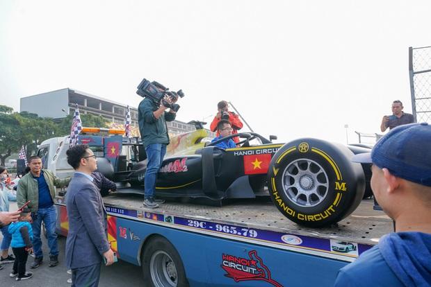 Người dân Hà Nội trầm trồ nhìn ngắm mô hình xe đua F1 diễu hàng trên phố - Ảnh 4.