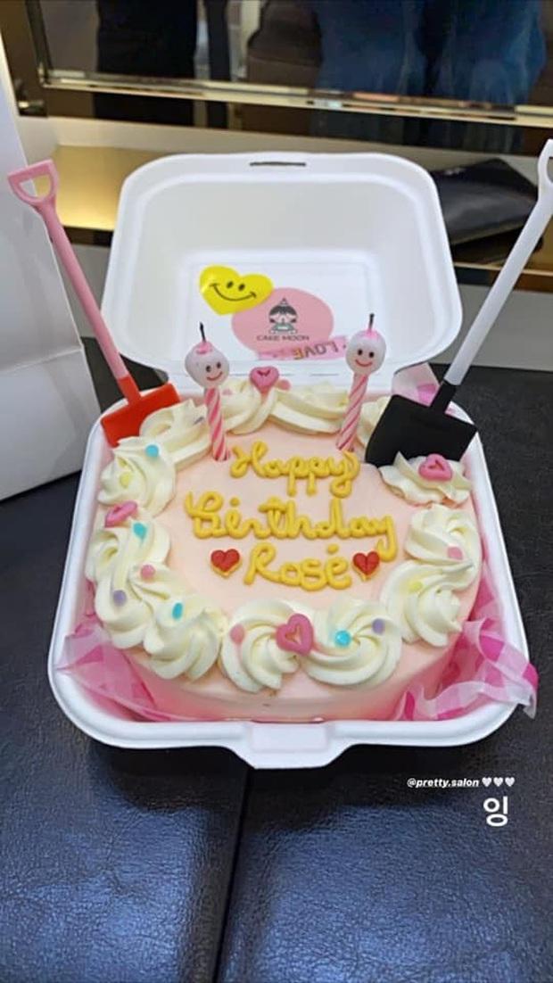 Thiếu khay đựng bánh, nhân viên salon tóc bèn tặng Rosé (BLACKPINK) bánh sinh nhật đựng trong… hộp xốp: Đúng là cái khó ló cái khôn mà! - Ảnh 2.