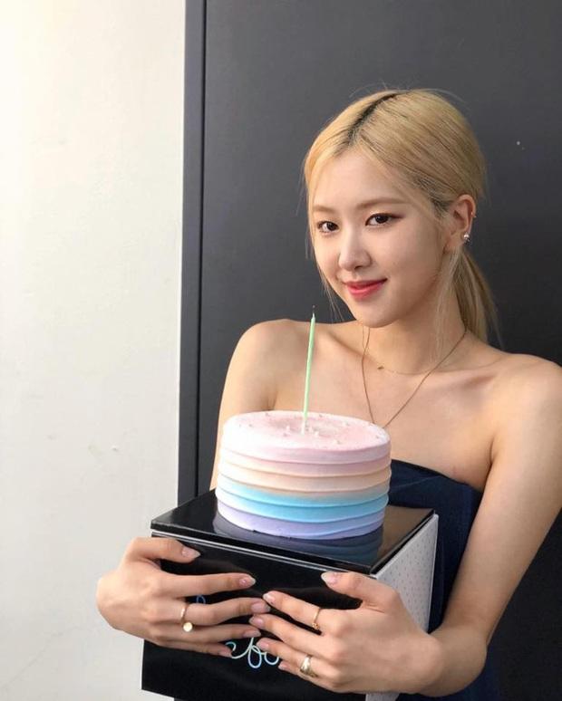 Thiếu khay đựng bánh, nhân viên salon tóc bèn tặng Rosé (BLACKPINK) bánh sinh nhật đựng trong… hộp xốp: Đúng là cái khó ló cái khôn mà! - Ảnh 3.