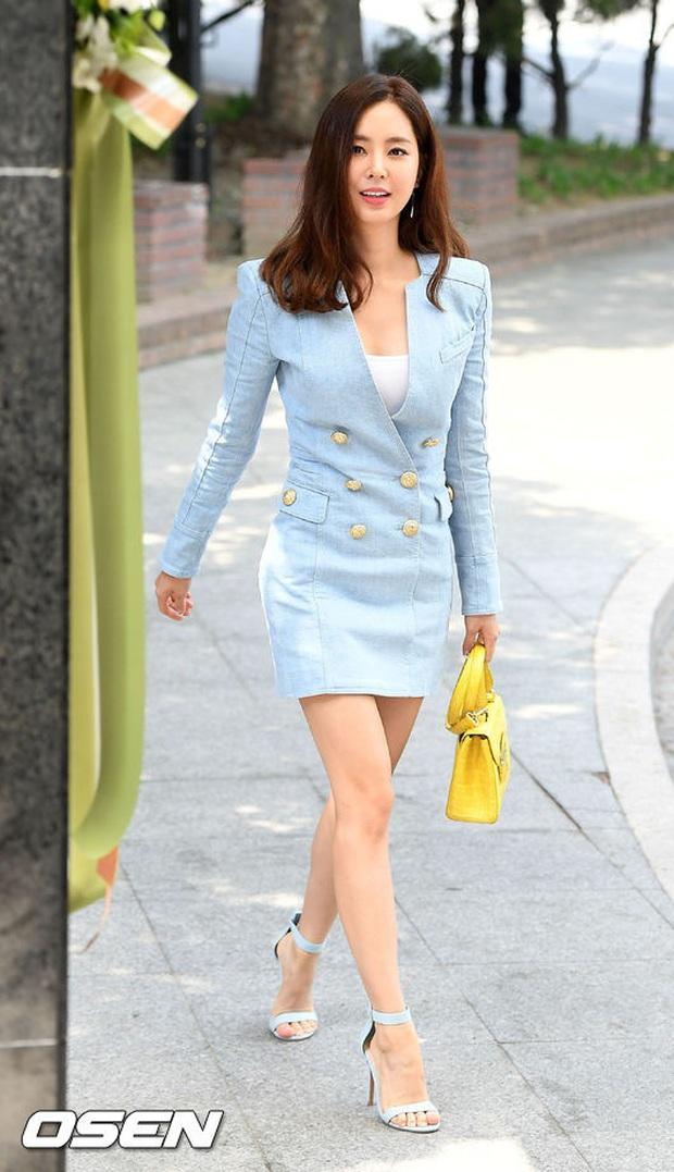 Style lên đồ đi ăn cưới của sao Hàn: Người bị chê vô duyên lố bịch, người lại được khen tới tấp đáng học hỏi - Ảnh 14.