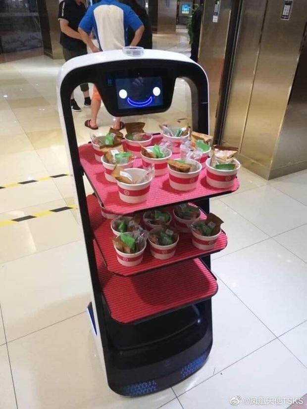 """Đi lòng vòng phục vụ đồ ăn nhưng chẳng ai quan tâm, chú robot Nhật Bản """"làm mặt dỗi"""" đáng yêu khiến dân mạng phát sốt - Ảnh 7."""