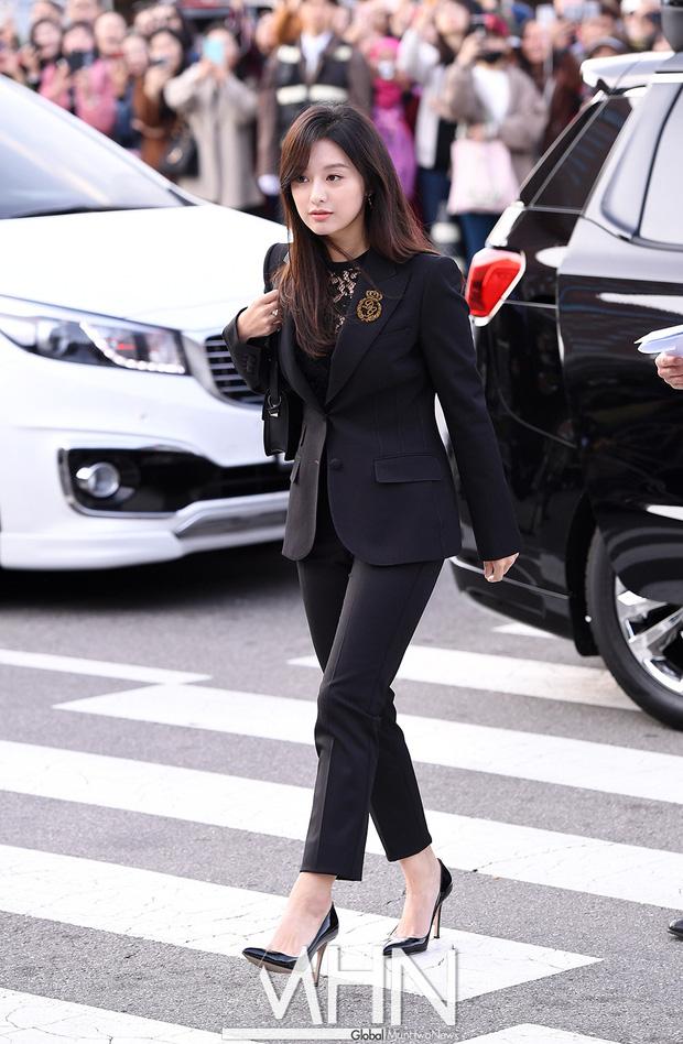 Style lên đồ đi ăn cưới của sao Hàn: Người bị chê vô duyên lố bịch, người lại được khen tới tấp đáng học hỏi - Ảnh 12.
