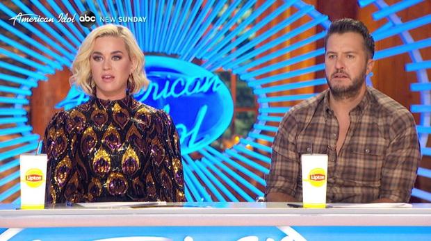 Katy Perry loạng choạng, ngã lăn đùng ra đất vì khí ga rò rỉ khi đang quay hình American Idol - Ảnh 1.