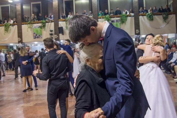 Mời bà đến buổi prom của mình, nam sinh khiến triệu người xúc động khi biết được lý do đằng sau - Ảnh 1.