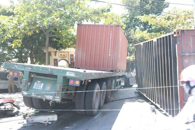 Kinh hoàng xe container nổ bánh mất lái kéo lê 5 xe máy, nhiều người bị thương - Ảnh 2.